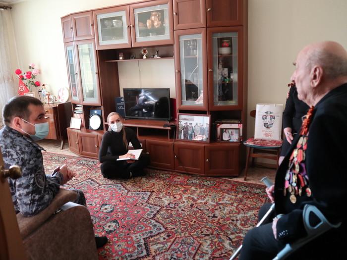 Представители томского областного управления Росгвардии поздравили с Днем защитника Отечества ветерана войны, изображение №3