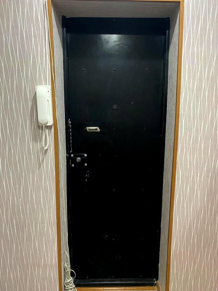 Наружная дверь (входная в квартиру) с замком и наличниками