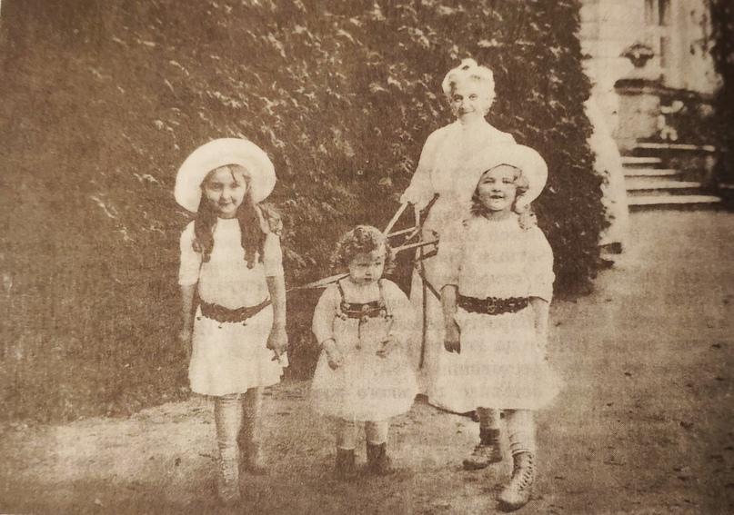 Дочери Д.П. и В.С. Рябушинских: Вера, Александра, Мария с няней. Кучино. 1910-е годы.