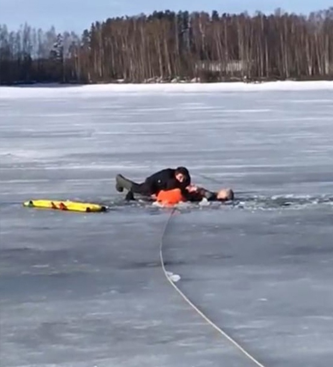 На Иваньковском водохранилище в Дубне спасатели вытащили мужчину, провалившегося под лед