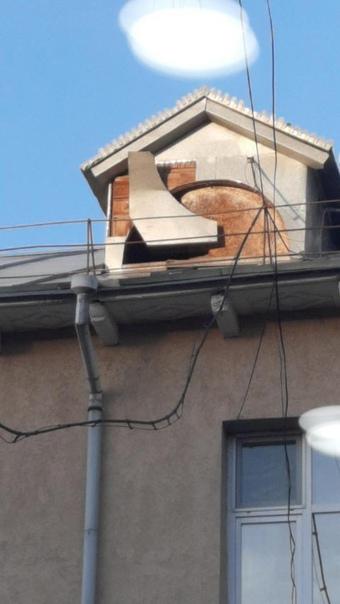 На крыше дома 34, который находится на пересечении...