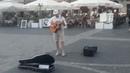 Парень нереально круто играет на гитаре. Гитара в руках виртуоза