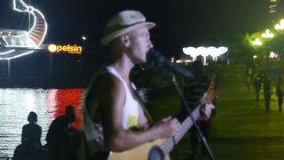 Набережная Ялты, Уличный музыкант, Исполняет рок