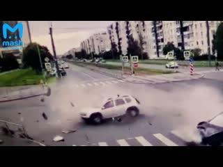 Пассажирку выбросило на дорогу из разлетающегося автомобиля при ДТП в Купчино