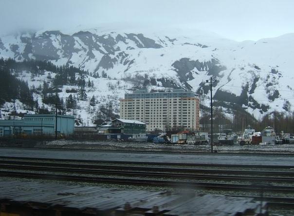 Уиттиер - город одного здания. На Аляске есть город с непростой судьбой. Когда-то там располагалась важная военная база, а теперь все его население живет в одном здании, пусть и самом крупном в