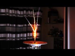 Ламповая катушка Тесла на двух пальцах