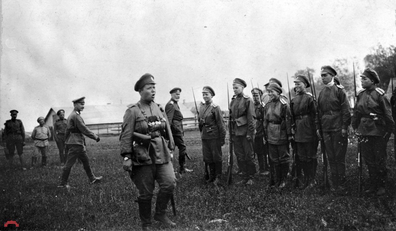 Мария Бочкарева обучает женщин-добровольцев. Петроград, 1917 год.