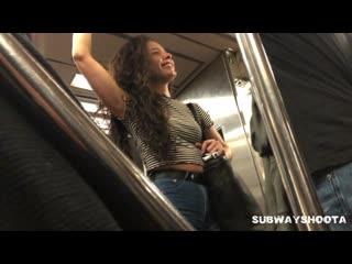 Красотка в метро и её отличная попка в джинсах | jeans ass