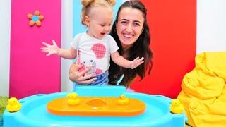 Bebek oyunu. Derin kum ve su havuz setiyle oynuyor! Sevcan ve Derin ile Anne Vlog