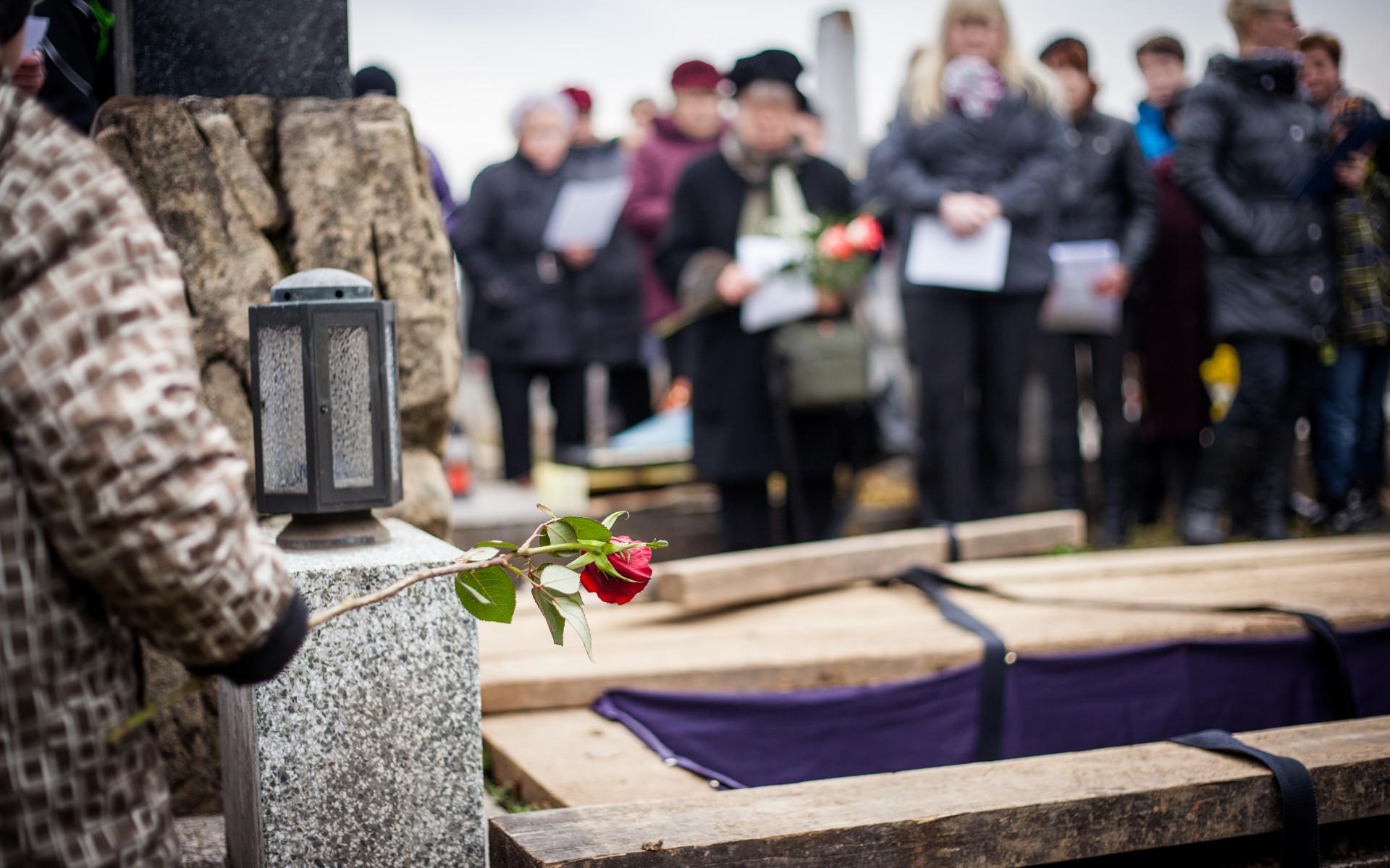 Пермякам рекомендовали отказаться от посещения похорон в период полной…