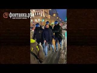 Полицейский бьёт женщину на митинге